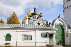 Взгляды святых стробов и церков St Nicholas облака к день Монастырь Svyato-Vvedensky Tolgsky, Yaroslavl Золотое кольцо Ru Стоковые Изображения