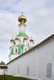 Взгляды святых стробов и церков St Nicholas облака к день Монастырь Svyato-Vvedensky Tolgsky, Yaroslavl Золотое кольцо Ru Стоковые Изображения RF