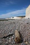 Взгляды скал пляжа сценарные стоковое фото