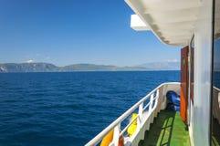 Взгляд Эгейского моря и острова Samos с кораблем, Греции Стоковая Фотография