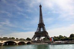 Взгляд Эйфелева башни и моста на летний день Стоковая Фотография