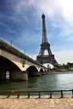 Взгляд Эйфелева башни и моста на летний день Стоковое фото RF