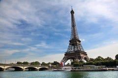 Взгляд Эйфелева башни и моста на летний день Стоковые Фотографии RF