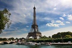 Взгляд Эйфелева башни и моста на летний день Стоковое Фото
