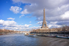 Взгляд Эйфелевой башни от моста Bir Hakeim, Парижа Стоковое Изображение