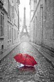 Взгляд Эйфелевой башни от улицы Парижа