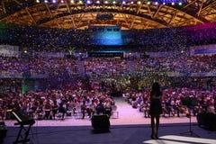 Взгляд этапа, партия, красочный Confetti, толпа, женский хозяин Стоковая Фотография RF