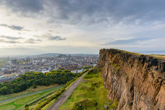 Взгляд Эдинбурга от места Артура Стоковая Фотография RF