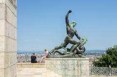 Взгляд 2 людей на телефонах вместо взгляда в Будапеште стоковое изображение rf