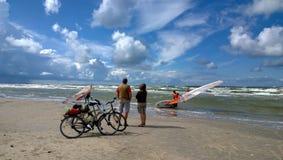 Взгляд людей на windsurfers конкуренции Стоковые Изображения