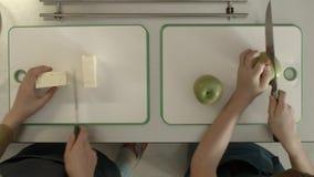 Взгляд яблока и сыра вырезывания ` s ребенка от верхней части Дети маленькая девочка и мальчик варя на кухне акции видеоматериалы