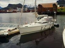 Взгляд яхты в морском пехотинце Норвегии Svolvaer яхта sailing Стоковые Фото