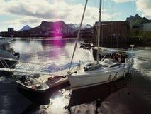 Взгляд яхты в морском пехотинце Норвегии Svolvaer яхта sailing Стоковые Фотографии RF
