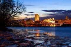Взгляд Albany NY от дока шлюпки Rennsaeler на ледистой ноче Стоковое фото RF