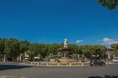Взгляд Anoramic карусели, фонтана и автомобилей в AIX-en-Провансали стоковые изображения rf