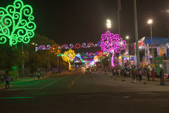 Взгляд Avenida Bolivar на ноче с деревьями жизни от Манагуа стоковое изображение