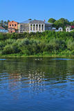 Взгляд Barkov& x27; дом s & x28; начало XIX века & x29; в стиле империи и реке Oka в городе Kasimov, Россия Стоковое Изображение RF