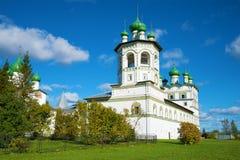 Взгляд belltower и церков St. John евангелист монастыря Nicolo-Vyazhishchsky в солнечном после полудня в октябре Нет Стоковая Фотография RF