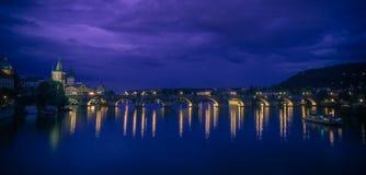 взгляд charles моста nocturnal панорамный Стоковые Фото