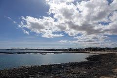 Взгляд Corralejo от старого пляжа Corralejo Фуэртевентуры Ca городка Стоковое Изображение RF