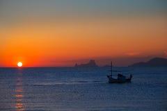 Взгляд Es Vedra захода солнца Ibiza и fisherboat Форментера Стоковое Изображение RF