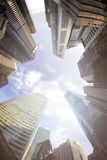 Взгляд Fisheye современных зданий владение домашнего ключа принципиальной схемы дела золотистое достигая небо к Стоковые Изображения RF