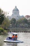 Взгляд Hall трона Ananta Samakom от зоопарка Dusit - Бангкока , Таиланд Стоковая Фотография RF