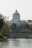 Взгляд Hall трона Ananta Samakom от зоопарка Dusit - Бангкока , Таиланд Стоковые Фото