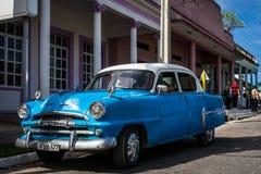 Взгляд ilfe улицы HDR с классическим автомобилем в Santa Clara Кубе стоковые изображения rf