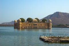 Взгляд Jal Mahal от озера Sagar человека Jal Mahal главная туристическая достопримечательность в Джайпуре стоковая фотография