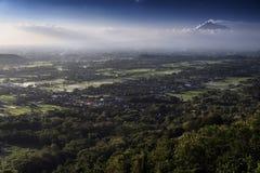 Взгляд Jogjakarta с вулканом Merapi, Jawa, Индонезией Стоковые Изображения