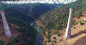 взгляд 4K a красивый arial моста акции видеоматериалы