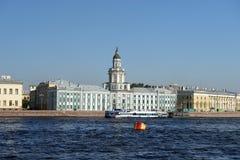 Взгляд Kunstkammer через реку Neva, Санкт-Петербург, Россию стоковые изображения