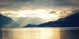 Взгляд Lago di Como на заходе солнца - винтажном влиянии varenna Италии Стоковое Изображение