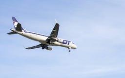 Взгляд Lit пассажирского самолета задний Стоковые Изображения
