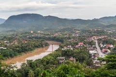 Взгляд Luang Prabang, Лаоса от держателя Phousi Стоковые Изображения