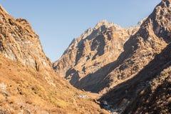 Взгляд Machapuchare, на треке базового лагеря Annapurna, Непал стоковые фото