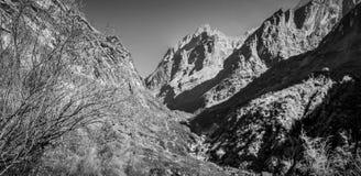 Взгляд Machapuchare, на треке базового лагеря Annapurna, Непал стоковые изображения rf