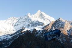 Взгляд Machapuchare, на треке базового лагеря Annapurna, Непал стоковая фотография rf