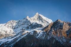 Взгляд Machapuchare, на треке базового лагеря Annapurna, Непал Стоковое фото RF