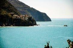 Взгляд Manarola от Corniglia, сверкная голубого моря Стоковое фото RF