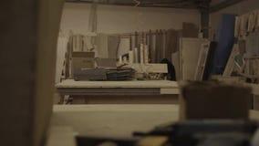 Взгляд manufactory с много деревянных досками и таблиц в фабрике мебели сток-видео