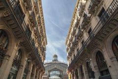 Взгляд Mercat del Рожденн, рынка, культурного космоса, между зданиями, Барселона стоковая фотография rf