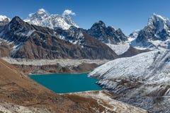 Взгляд Mount Everest и озера Gokyo панорамный Стоковое Фото