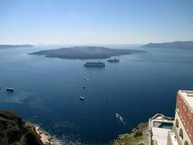 Взгляд Nea Kameni вулканического острова от деревни Fira Santorini, Греции стоковое фото