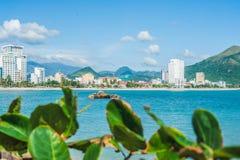 Взгляд Nha Trang и холмов от накидки Hon Chong, камня сада, популярных туристских назначений на Nha Trang Вьетнам Стоковая Фотография RF