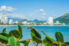 Взгляд Nha Trang и холмов от накидки Hon Chong, камня сада, популярных туристских назначений на Nha Trang Вьетнам Стоковое Фото