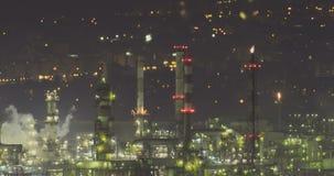 Взгляд Nightime большого нефтеперерабатывающего предприятия видеоматериал