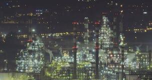 Взгляд Nightime большого нефтеперерабатывающего предприятия сток-видео