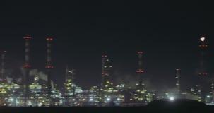 Взгляд Nightime большого нефтеперерабатывающего предприятия акции видеоматериалы